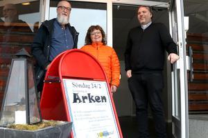 Så här såg det ut när Arken i Fränsta invigdes tidigare i år, med kyrkorådets ordförande i Torps församling Leif Grip. diakoni- och församlingsassistent Carina Fredriksson samt kyrkoherde Jonas Deckmar.