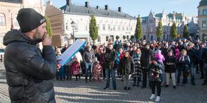 Jonas Tilly hävdade i sitt tal att demonstrationen betyder att Kolsvaborna skriver historia när de visar sitt missnöje med Köpings politik.