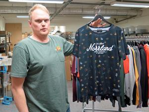 På tröjan som Rasmus Molund visar representeras det norrländska temat av kottar och kvistar. På en av mumintröjorna består mönstret i stället av ett campande mumintroll.