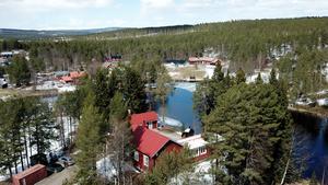 Missionskyrkan blev bostad och det med en extra bostad på gårdsplanen. Fastigheten gränsar till intilliggande Högsttjärnen.
