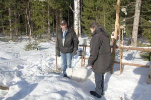 Mats  Broström, här tillsammans med Karin Myrberg och hunden Sixten trivs i skogen mellan Myggbo och Lerbäcken. Det gör många andra också, berättar han.