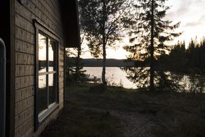 """Dan Olofsson vill inte att ÖP ska fota huvudbyggnaden som är byggd med Offerdalsskiffer. Istället lämnar han ett annat förslag """"fönstret och sjön här är väl en bra bild?"""" säger han till fotografen."""