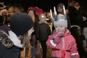 Sigrid Klingvall, 3 år, har varit lucia i tre dagar och favoritlåten är Lusse Lelle berättar mamma Anna. De har som tradition att se luciakortegen.