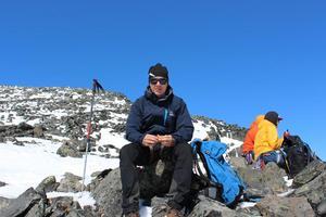 Jonathan Larsson kopplar av på toppen av Kebnekaise.