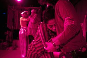 Dansaren Destiny af Kleen i en tröstescen. Foto: Nemo Stocklassa Hinders