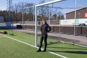 Maria Ergül på fotbollsplanen i Solid Park Arena. I grunden har Maria samma behov som tidigare. Hon har många bollar i luften samtidigt, för det trivs hon med. Men hon har förändrat sitt liv efter utbrändheten. Nu planerar hon in återhämtning i schemat. Hon har också lärt sig att sålla bland uppdragen.