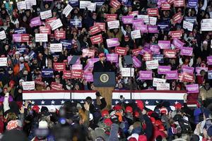 Donald Trump måste ställas till svars för sin med åren allt grövre retorik och hetsen och lögnerna sedan han förlorade valet. Men kanske framför allt måste alla medlöpare ställas till svars, skriver Karin Karlsbro. Foto: Carlos Osorio, TT.