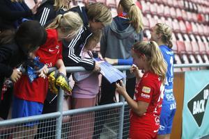 Heidi Kollanen var den som fick skriva flest autografer efter matchen.