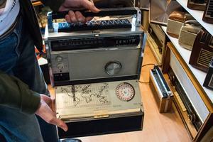En Zenith Royal Trans Oceanic 3000 med inbyggd världskarta på insidan av locket. Den lyxiga apparaten tillverkades 1962–1964.
