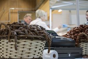 Ingen mässa är komplett utan mat. Förutom korv fanns det även oliver, bröd och ostar.