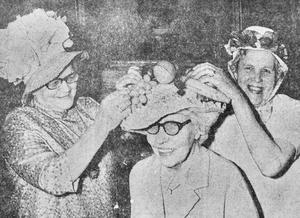 På Hantverksgården i Eksjö var föreningens damklubb glada i hatten när de ordnade en vårparad med roliga hattar, här Alma Holmsten, Astrid Nilsson och Gerda Waller.