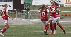 Sarina Bolden jublar efter sitt kvitteringsmål och grattas av Simone Edefall (44) och Hayley Katkowski (12) – och Wilma Näslund som är på väg att ansluta till firandet.