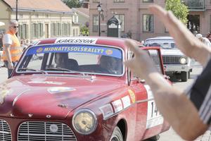 Roland Karlsson, en av Noras hemmaåkare, rattar en Volvo Amazon och får applåder av publiken.