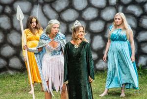 Sköldmön (Minja Sandlin) uppmanar de andra gudinnorna till uppror mot männen. Men Frigg (Eva-Lotta Törnblom), Siv (Nadia Ljessnoj Sullivan) och Idun (Klara Sandlin) är skeptiska.