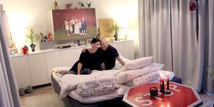 """""""Måste du och jag ha ett sovrum då?"""" sa Veronica. Nu bäddar de i vardagsrummet varje kväll."""