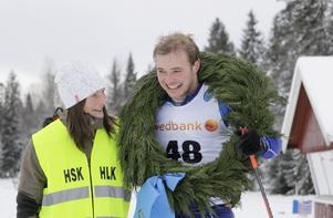 Årets segrare i herrklassen blev Axel Bergsten från Skövde, här med kranskullan Maggan Granström.