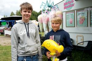 Kompisarna och Stödeborna Leo Frölén och Kevin Christmansson hade vunnit några grejer på tivolit och passade på att köpa sockervadd.