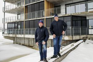 Magnus Edström och Kenneth Svelander framför Kajhuset Solsidan.