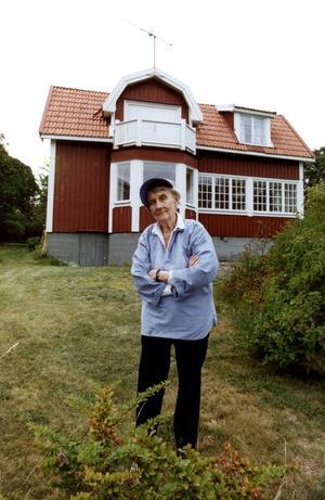 Astrid Lindgren utanför sommarhuset i Furusund. Foto: Anders Wiklund/SCANPIX