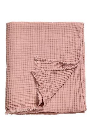 Krinklad bomullspläd, 399 kronor på H&M Home.
