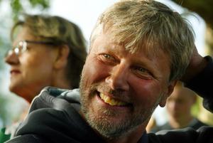 Lars Ohly då. Solbränd rebell i munkjacka och skägg.