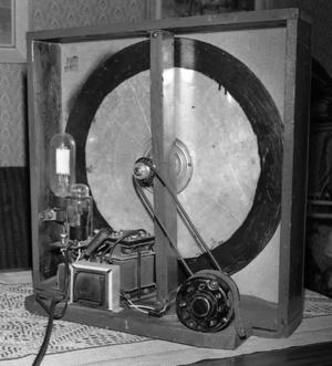 TELEVISOR. Något bildrör fanns inte i Helmer Widlunds televisor modell 1932. Istället användes en roterande skiva, byggd av en aluminiumplåt från järnhandeln i Storvik.