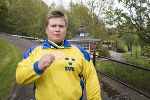 Calle Nilsson med sin guldmedalj runt halsen.