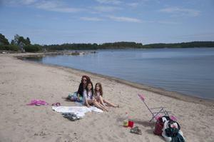 Yvonne Hård, Niki Hård och Moa Stenman var under torsdagen helt ensamma på stranden i Hartungviken.