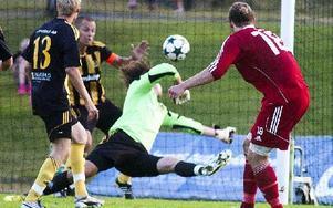 Emil Göras trycker in 2–2 i den 88:e matchminuten. Foto: Mikael Forslund