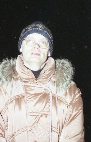 Krister Bohman står förskräckt och tittar på när Trönö kyrka brinner. Foto: Hans-Åke Sandberg