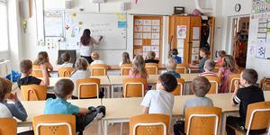 MUF:s krav på ordning och reda i skolan gör den mer fängelselik, enligt insändarskribenten.