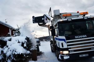 Smala gator på grund av svällande snövallar och trånga vändzoner ställer till det för Faluns sopkörare.