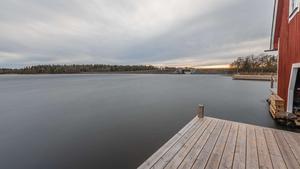 2018 byggdes en ny brygga intill båthuset. Foto:  Ulf Gustavsson / Kjell Johanssons fastighetsbyrå