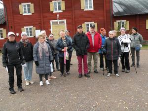 Samling utanför Stambaracken. Foto: Birgit Olsson/Läsarbild