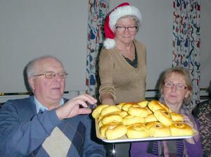 Göran Lindholm låter sig väl smaka när Anita Runnvik bjuder på lussekatter.   Foto: Karin Jacobson.