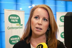 Annie Lööf meddelade att C ger stöd åt regeringens förslag.