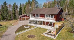 Familjevilla med en yta på över 200 kvm och där du bor i ett lantligt, högt läge med fina vyer.  Foto: Mikael Tengnér/Länsförsäkringar fastighetsförmedling