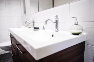 Badrummet är ett av de rum som är nästintill helt klara (det är bara bastun som fattas).
