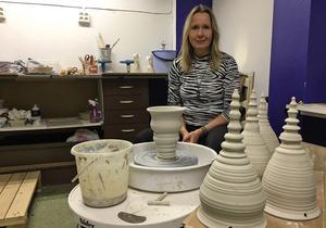 Elaine West jobbar till vardags på daglig verksamhet inom kommunen, men är annars känd som formgivare av Nittsjös tomtar. I Spira säljer hon också tomtar, om än i lite andra modeller.