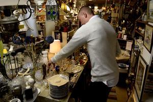 Det har blivit väldigt svårt att hinna med allt med ett jobb som VVS-säljare och samtidigt driva butiken, enligt Rasmus Brännlund.