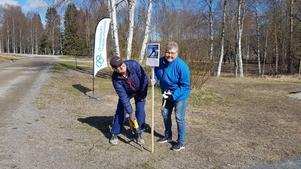 Ingela och Ulf Johansson sätter upp flera skyltar med föreningens swishnummer så att deltagarna håller distans till varandra. Foto: Anna Forsberg
