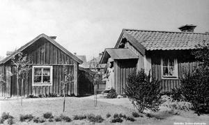 Vaktknektbackens stugor låg i kvarteret där Försäkringskassan och Friskis&Svettis ligger. Stugorna hade varit bostäder för slottets vakt med fängelse, senare för fångknektar som jobbade i fängelset tvärs över gatan. Stugan på bilden revs i mars 1954. Det är ett vykort som skickades 1919. Okänd fotograf. Bildkälla: Örebro stadsarkiv
