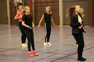 Mathilda, Ellen, Elina, Madelene och Elsa i klass 7C tycker om att dansa och går in för det på lektionen.