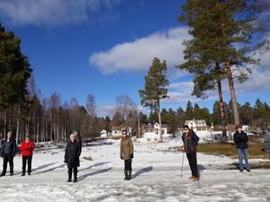 Promenadgruppen tar paus på Gräsmaln. Bild: Maj-Britt Norlander