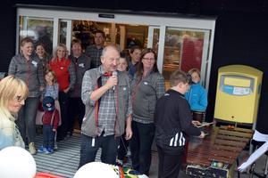 Pär Hane och hans personal välkomnade kunderna till den om- och tillbyggda butiken.