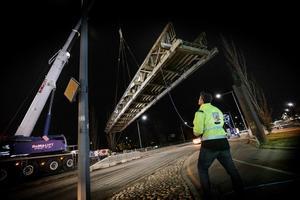 Tybblebron lyftes bort under naten till den 14 april från platsen där den stått sedan  2001 .