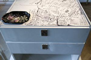 Vitlackerat sängbord från andra halvan av 1900-talet med anteckningar av Ingmar Bergman på. Foto: Foto: Claudio Bresciani/TT