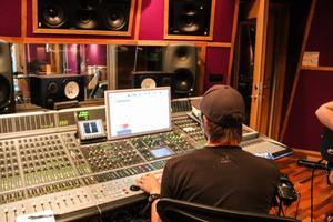 Under Demoveckan får unga artister från Dalarna spela in låtar i studio med erfarna ljudtekniker och producenter.
