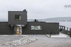När man anländer till huset ser man direkt rakt ut i havet genom husets stora fönster.