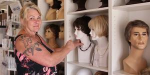 Lena tycker om att jobba med kunder som behöver peruker. Efter ett långt yrkesliv är hon kunnig på sin sak.